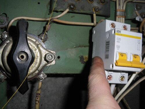 Фото 13. Примерка перед установкой двухполюсного автомата взамен сгоревшего пакетного выключателя.