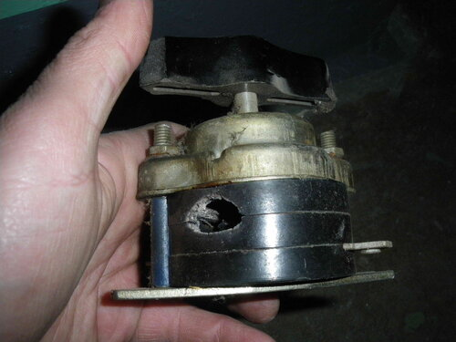 Фото 11. Дефект корпуса демонтированного пакетного выключателя, появившийся вследствие выгорания контакта. Дырка внушительного размера!