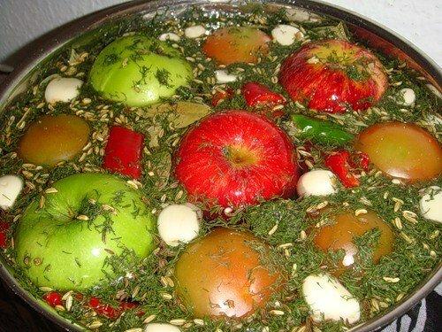 квашенные помидоры с яблоками