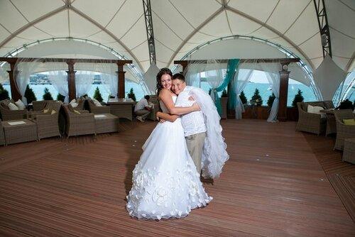 Шелковые Лепестки роз на свадебном платье ручной работы.