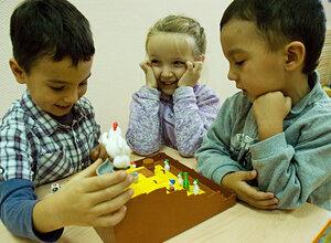 Курицы побеждают петуха в курятнике - любимая игра всех детей ;-)