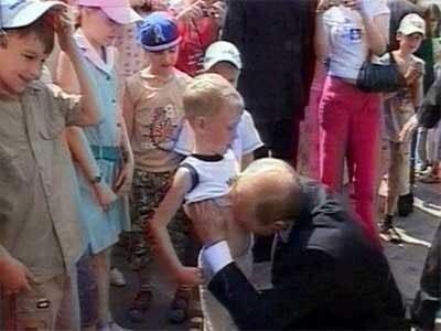 Фото мальчика, которого Путин поцеловал в живот