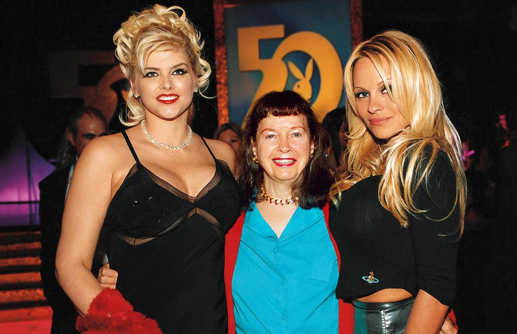 Бетти Пейдж в 2003-м году в компании Анны Николь Смит и Памелы Андерсен. Бетти на тот момент, когда