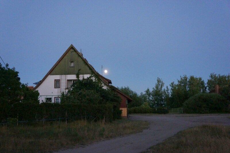 Луна над крышей