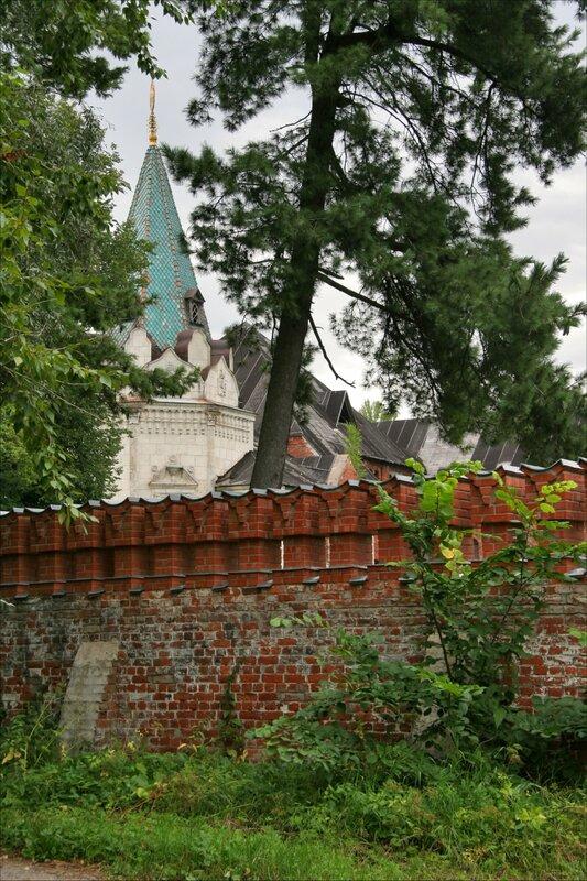 Трапезная палата и крепостная стена Федоровского городка