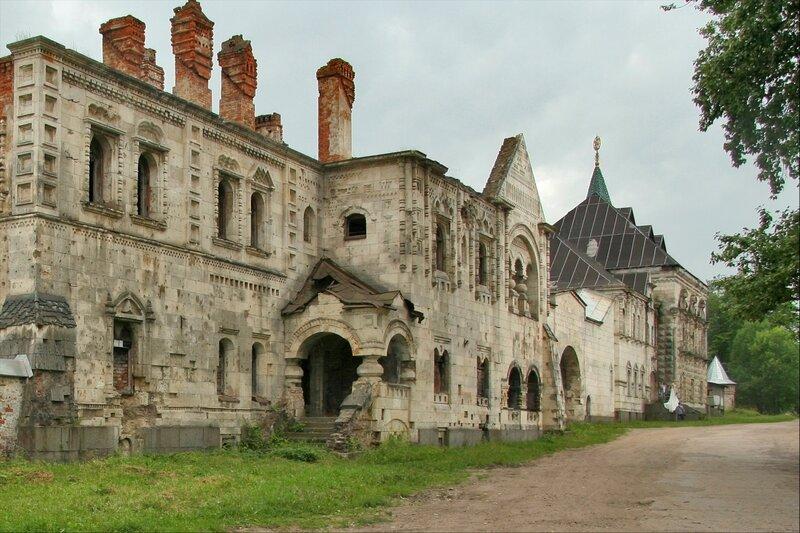 Дом священников (Белокаменная палата) и Трапезная палата Федоровского городка