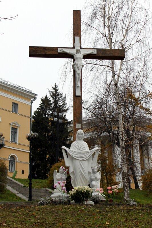 Скульптуры под поклонным крестом