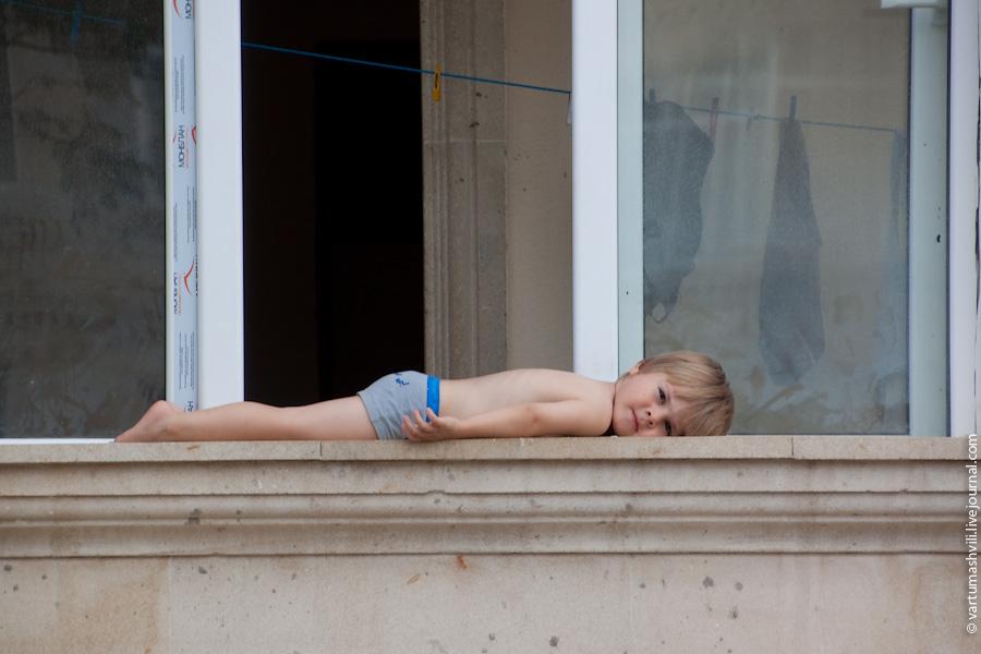 В татарстане спасатели сняли ребенка с подоконника многоэтаж.