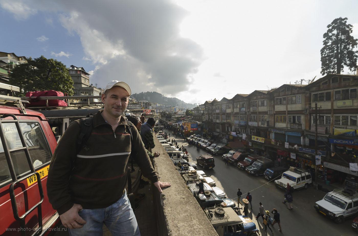 Фото 25. Как говорят во время холиваров – пруфик: доказательство, что я посетил Дарджилинг, а не накачал фотографии с Интернета. На конечной джипов-маршруток, следующих из Дарджилинга в Гангток. Рассказы туристов о поездке в Индию. 1/500, 0.33, 250, 14.