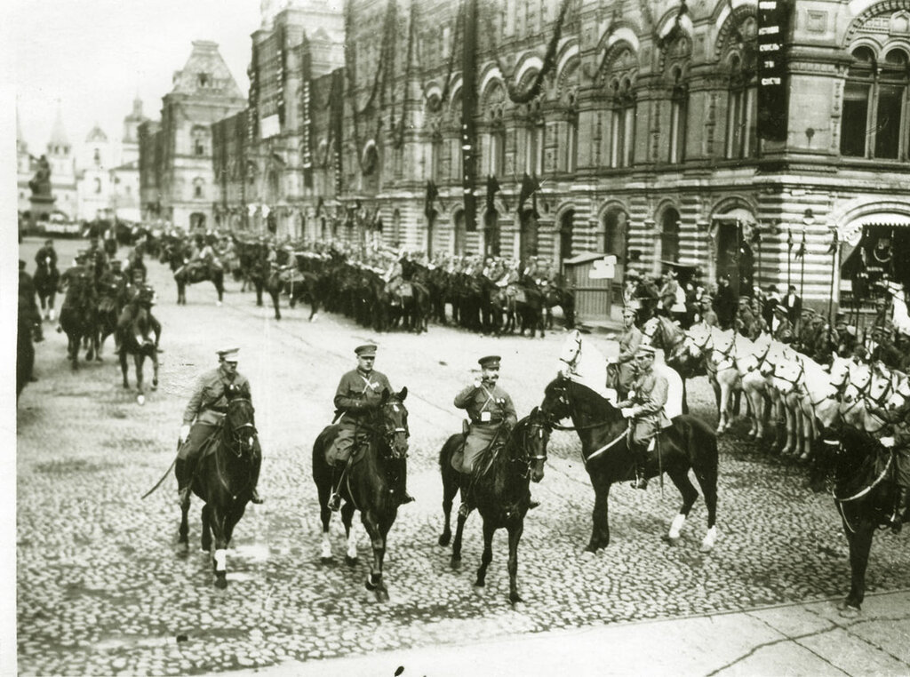 Фрунзе М.В. и Ворошилов К.Е. объезжают войска, построенные для Первомайского парада