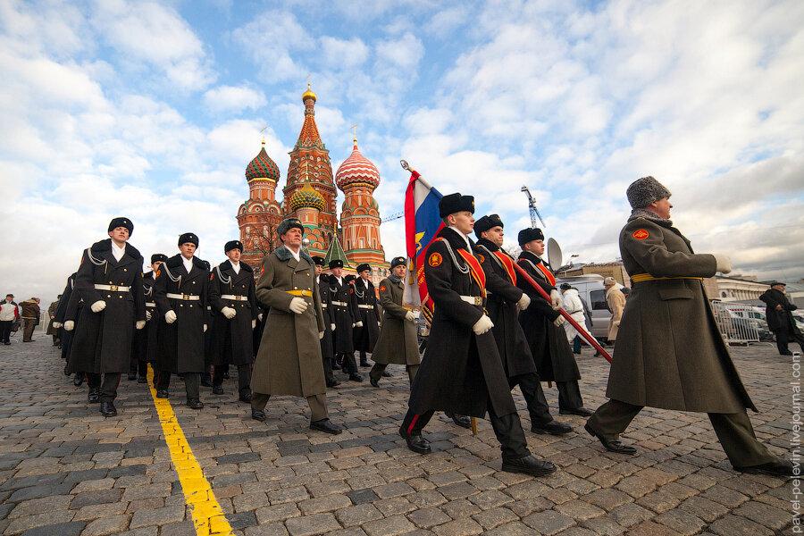 Торжественное шествие, посвященное историческому параду 7 ноября 1941 года, прошло на красной площади в москве