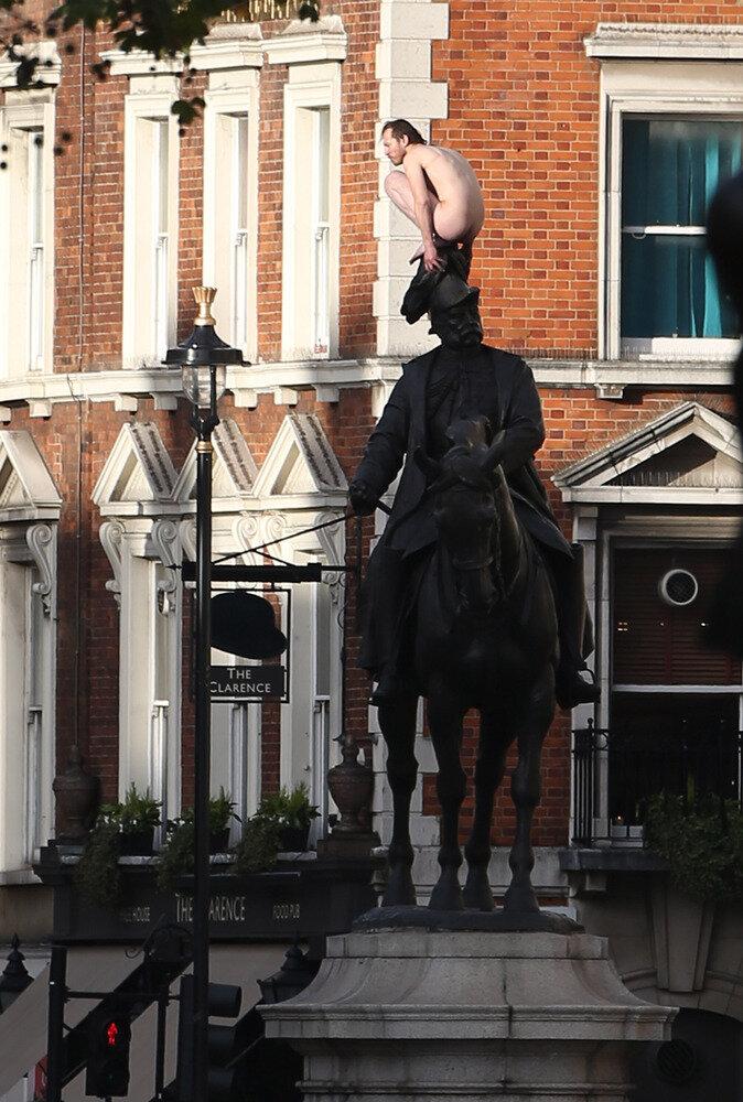 Голый мужик в Лондоне на коне