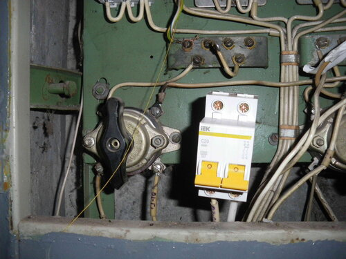 Фото 20. Установка двухполюсного автоматического выключателя. На фазный провод (присоединён к правому нижнему контакту автомата), изоляция которого пострадала от систематического перегрева, надет кембрик.