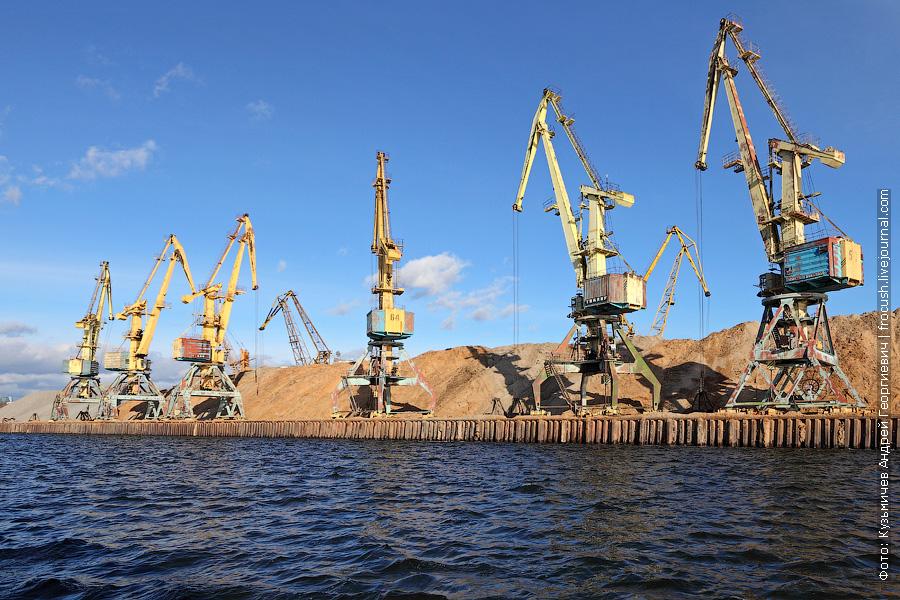 Портальные краны Северного грузового порта Москвы