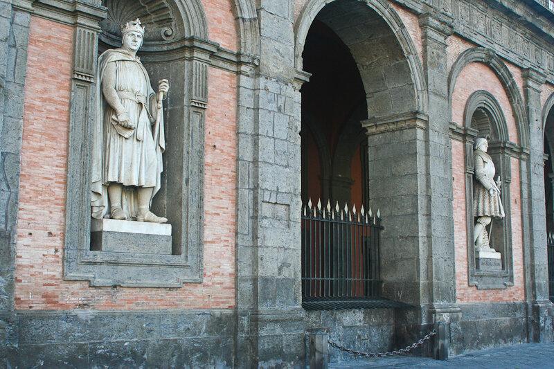 За ним дальше (в доспехах и «юбке»)) – Альфонс I Арагонский (Alfonso I d'Aragona)