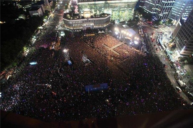 Угадайте, на каких исполнителей собралось столько зрителей поздной ночью?