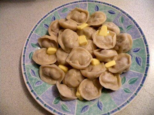 Пельмени русские или вкусные ушки. Готовое блюдо (пельмени с маслом)