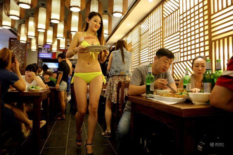 Ресторан с официантками в бикини