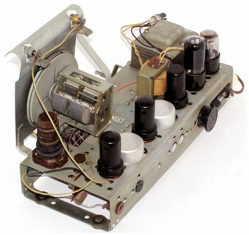 Сетевая ламповая, настольная радиола третьего класса ''Рекорд-53М''по схеме и конструкции мало отличается от приёмника.