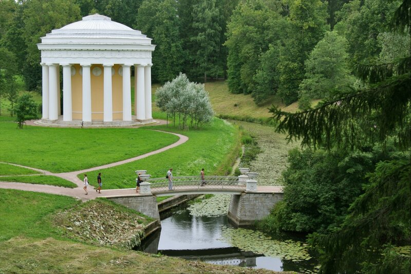 Павловский парк, Храм Дружбы и Чугунный мостик