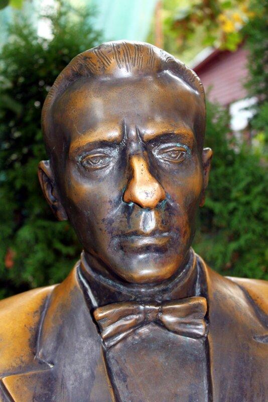 Нос памятника Булгакову