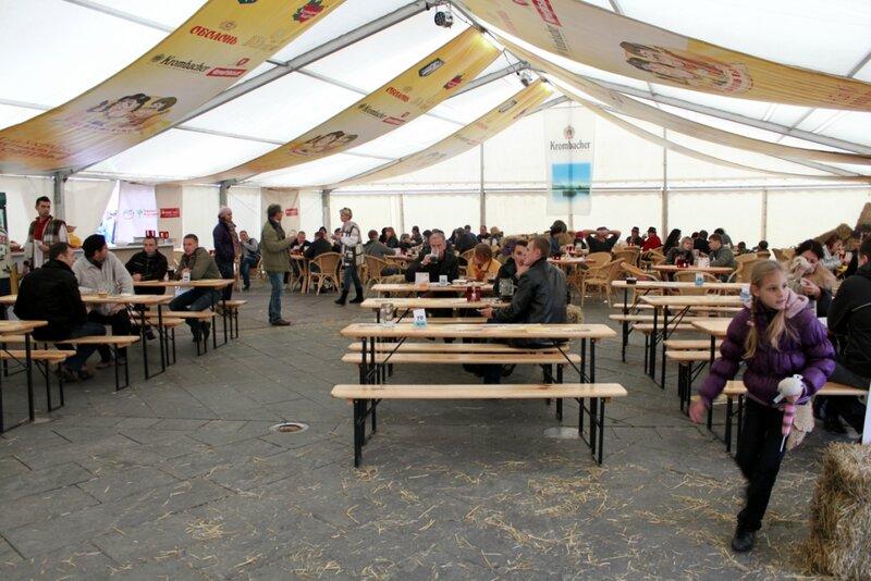 Главный шатер Жовтень Fest