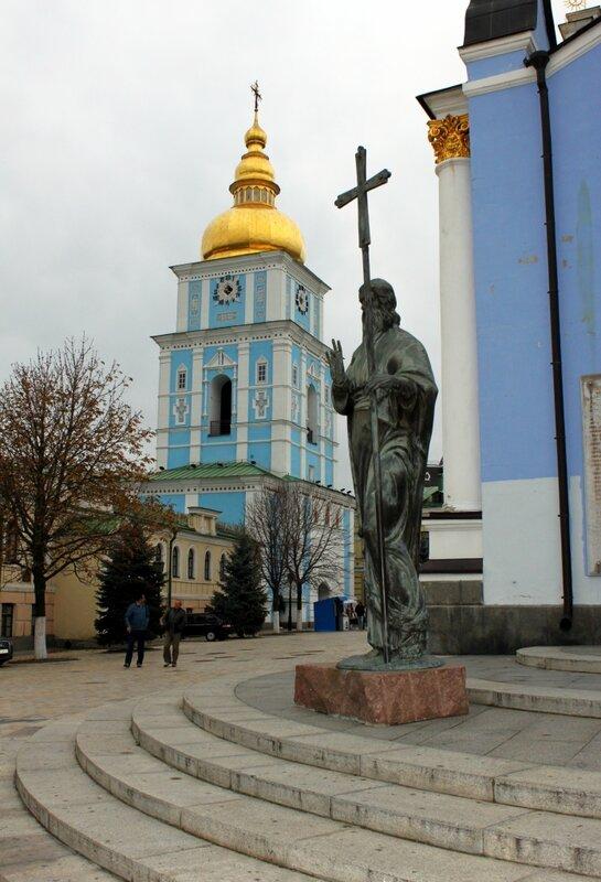 Памятник апостолу Андрею на ступенях Михайловского собора