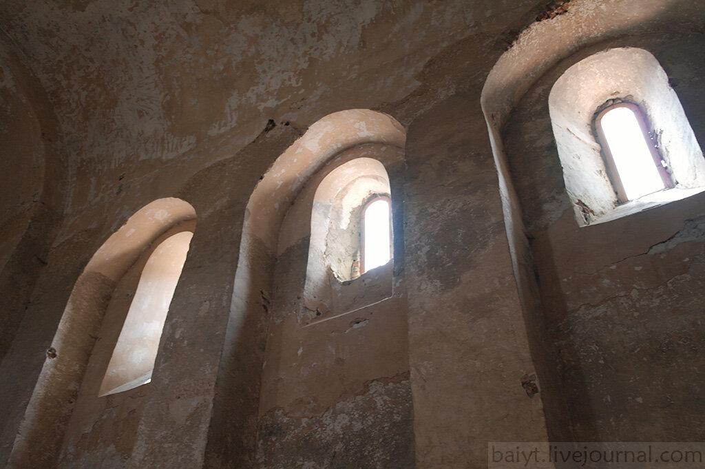 Окна церкви Уплисцули