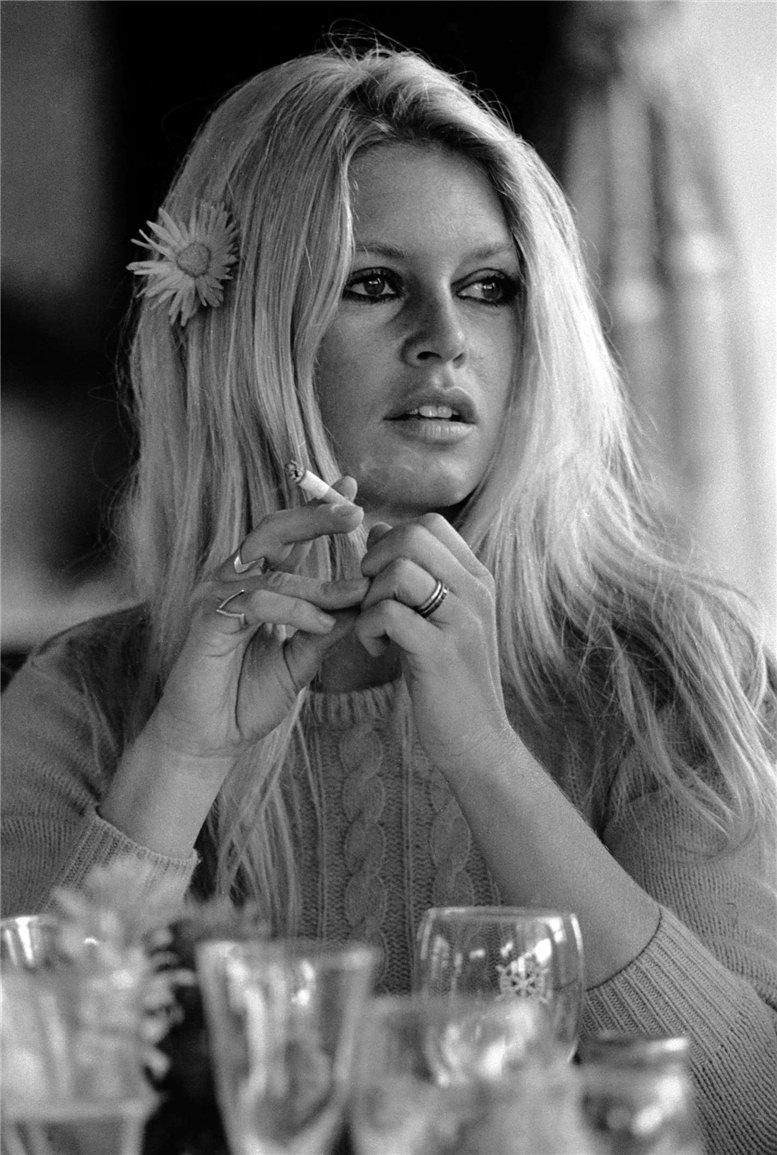 smoking Brigitte Bardot / Бриджит Бардо с сигаретой