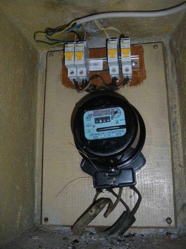 Фото 1. Общий вид квартирного щита. Все автоматические выключатели находятся в положении «Включено», но электроснабжение квартиры прекратилось.