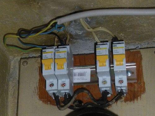 Фото 10. Нет ли здесь медных и алюминиевых проводов под одним контактом? Это так и осталось загадкой.