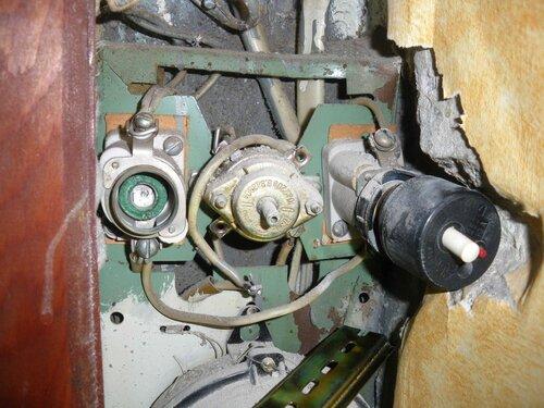 Фото 2. Пакетный выключатель и предохранители автоматические резьбовые (ПАР). Крупный план. Обратите внимание на выемку в откосе ниши щита, выдолбленную советскими строителями, чтобы ПАР уместился в нише.