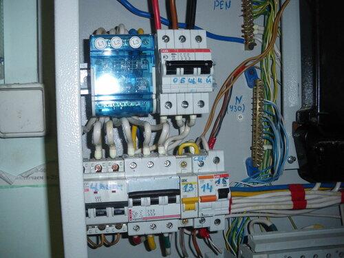 Фото 3. Новый трёхполюсный автоматический выключатель «Legrand» серии Dx установлен. Электроснабжение аптеки восстановлено в полном объёме.