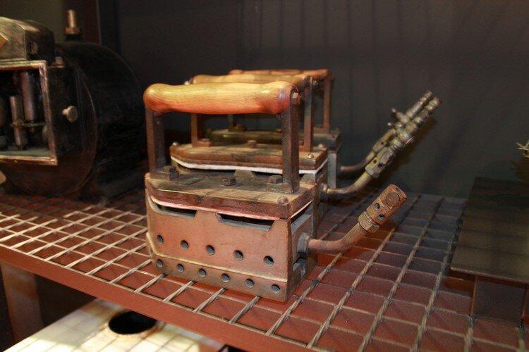 Раритетная бытовая техника Такие утюги соединялись шлангом с магистралью или баллоном, внутри утюга горел газ.