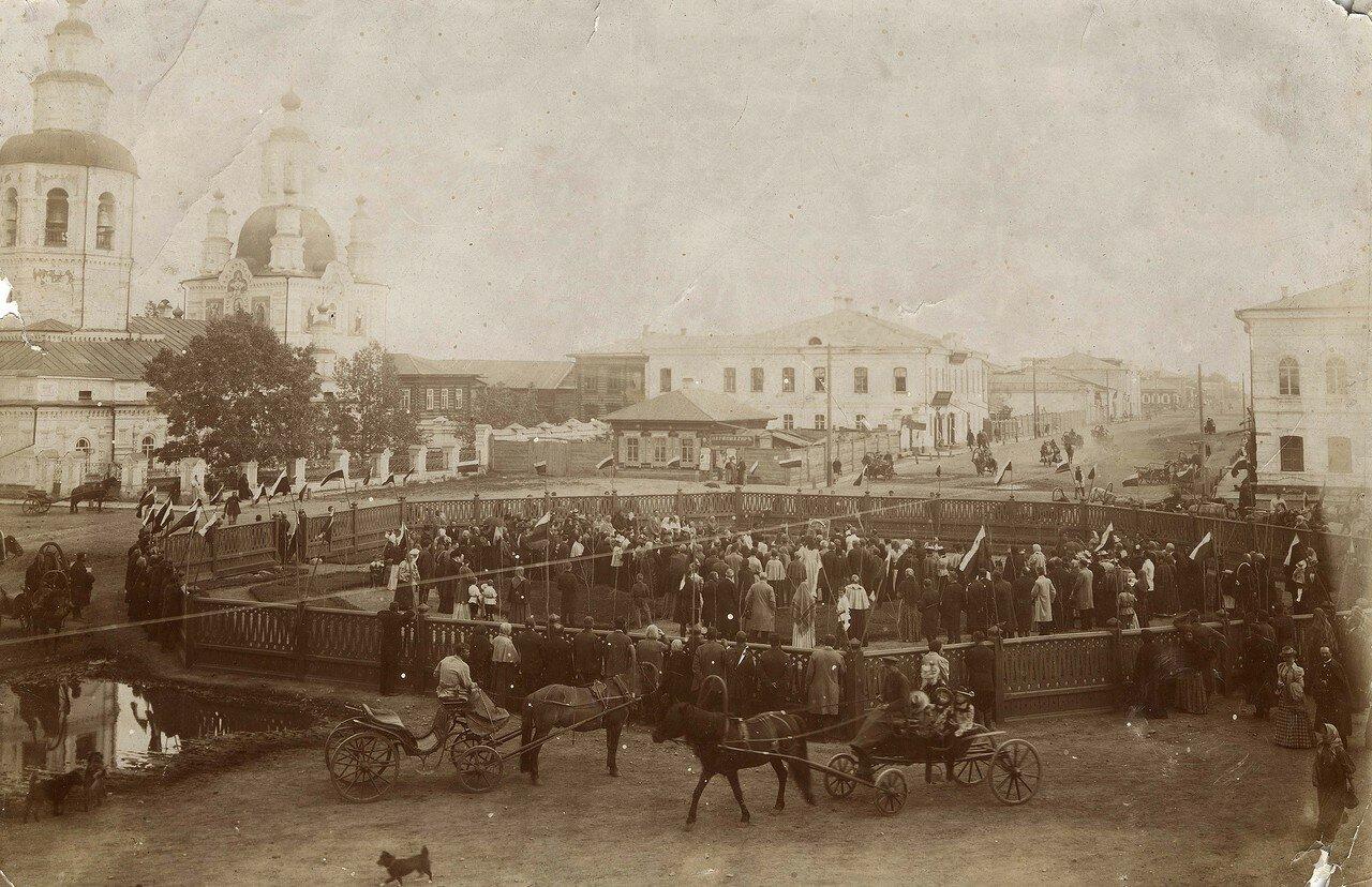 Молебен при открытии скверика на перекрестке улицы Большой и Покровского переулка.  1899