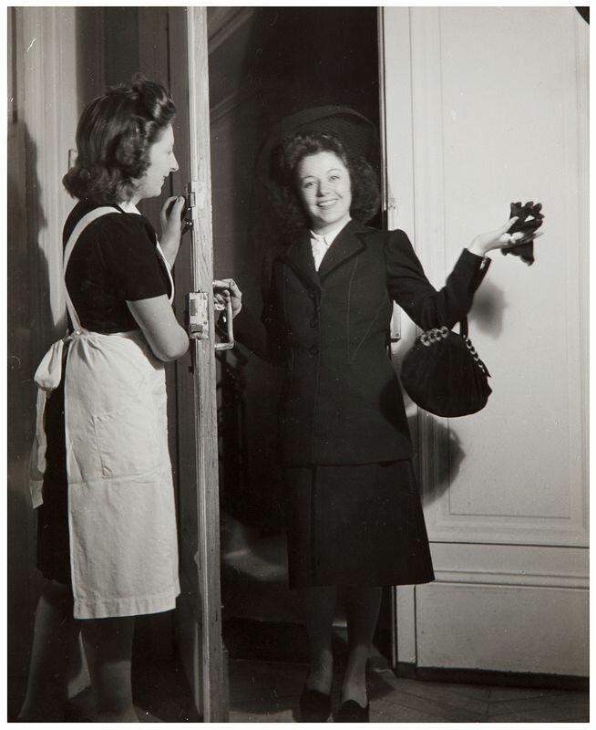1940. Портрет женщины в дверях