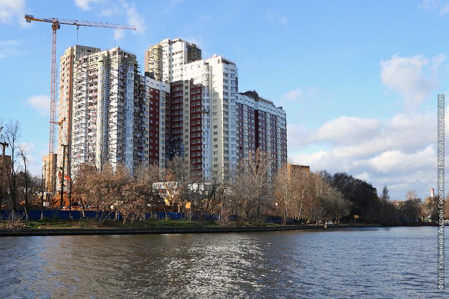 Растут на правом берегу канала имени Москвы и апартаменты «Васко да Гама»