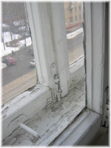 окно старое деревянное.