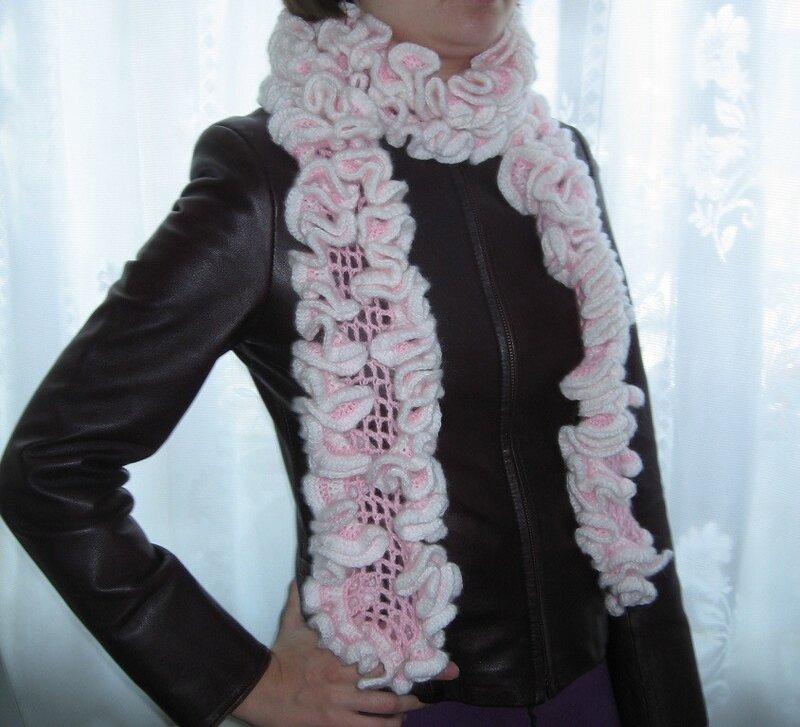Розовый кучерявый шарфик