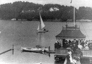 Общий вид яхты на озере
