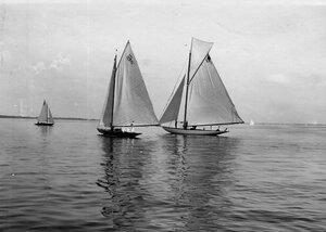 Яхты во время соревнований в Финском заливе; на переднем плане яхты 8А (5) и 10А(5)