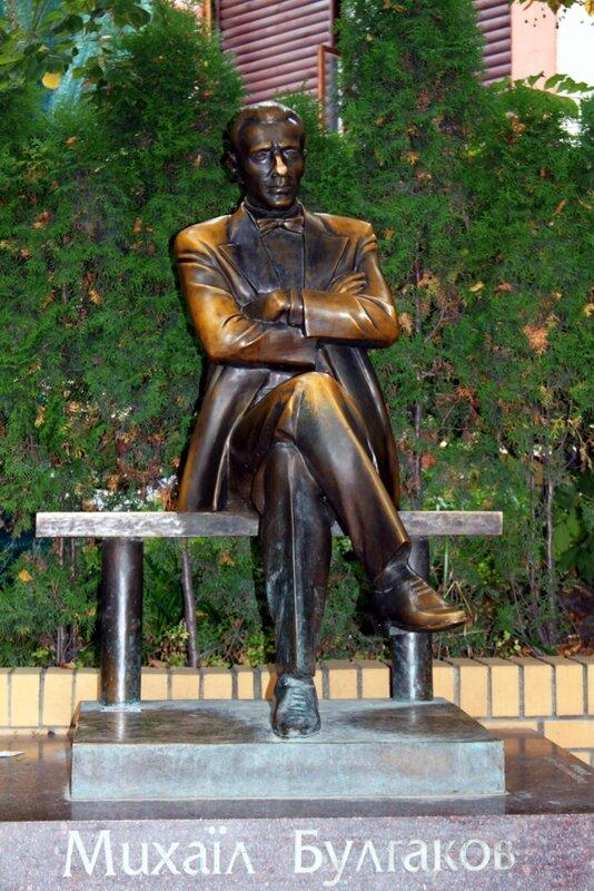 Памятник Булгакову на Андреевском спуске