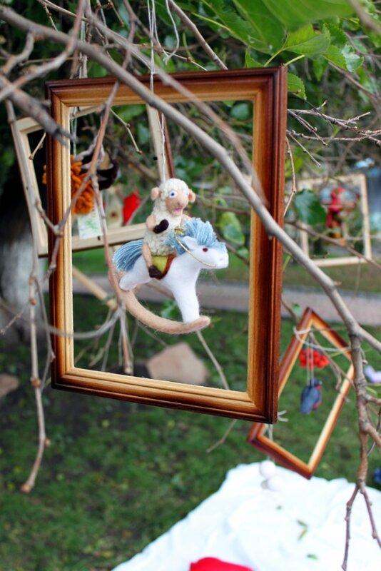 Мягкие игрушки на дереве