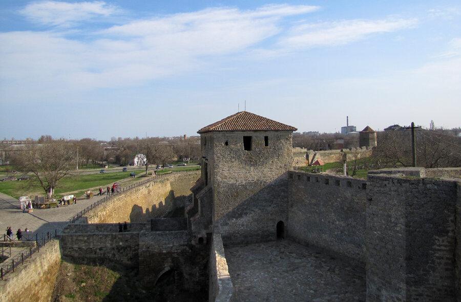 Слева от входа в одной из помещений расположена действующая выставка археологических находок