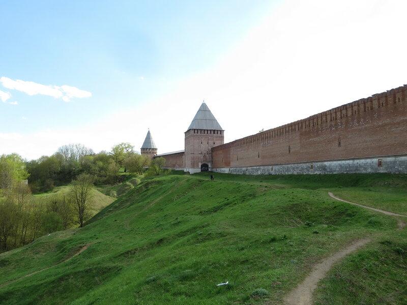 Фрагмент стены между башнями Орел и Заалтарная с рельефом местности
