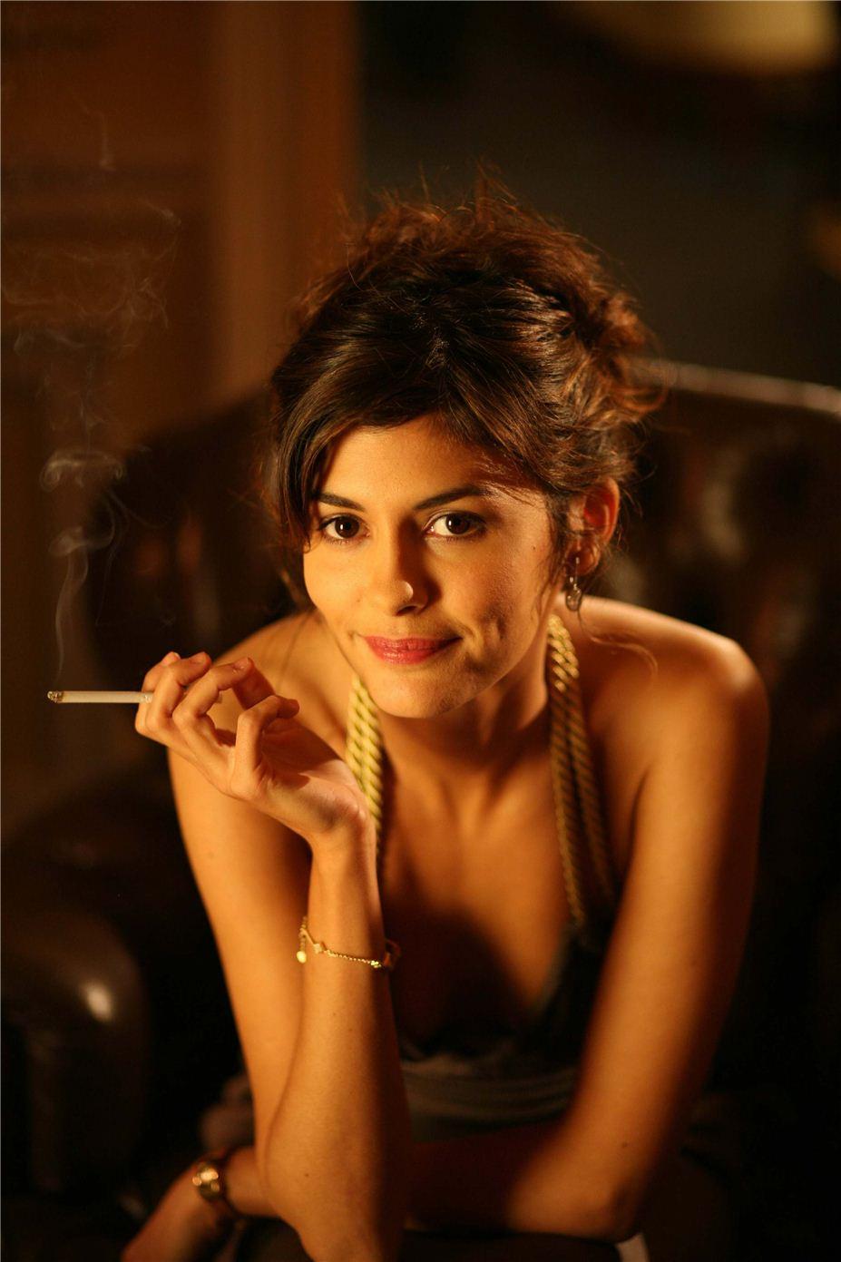 smoking Audrey Tautou / Одри Тату с сигаретой