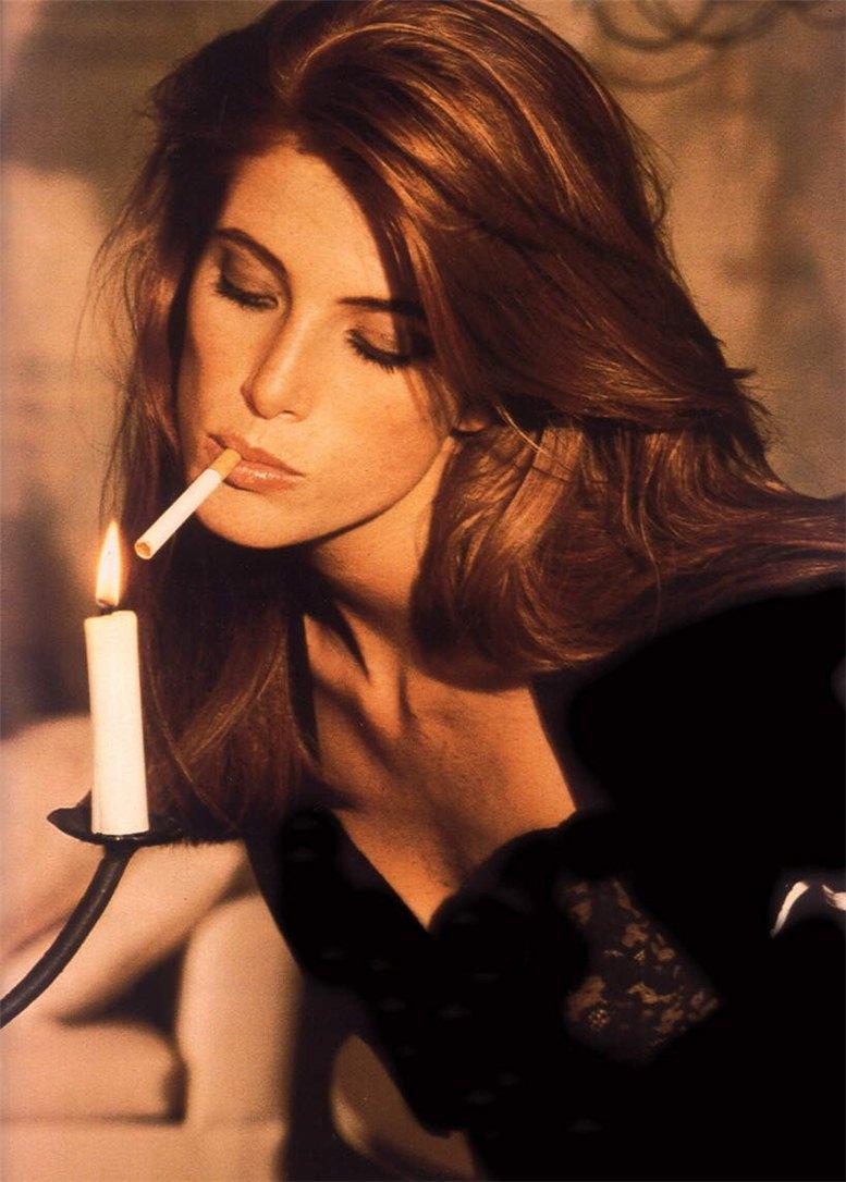 smoking Angie Everhart / Энджи Эверхарт с сигаретой