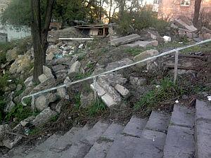 Жители Змеинки ждут ремонта лестницы и дороги