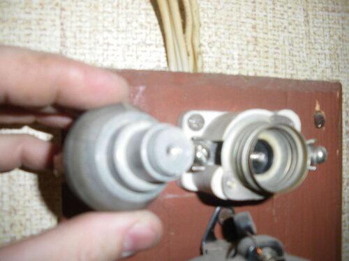 Фото 4. Цоколь предохранителя автоматического резьбового (ПАР) без резьбовой части и патрон (основание) ПАР, в котором эта резьбовая часть застряла.