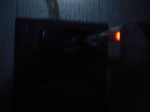 Фото 9. Проверка наличия напряжения в комнатном щите с помощью индикаторной отвёртки. Напряжение есть.